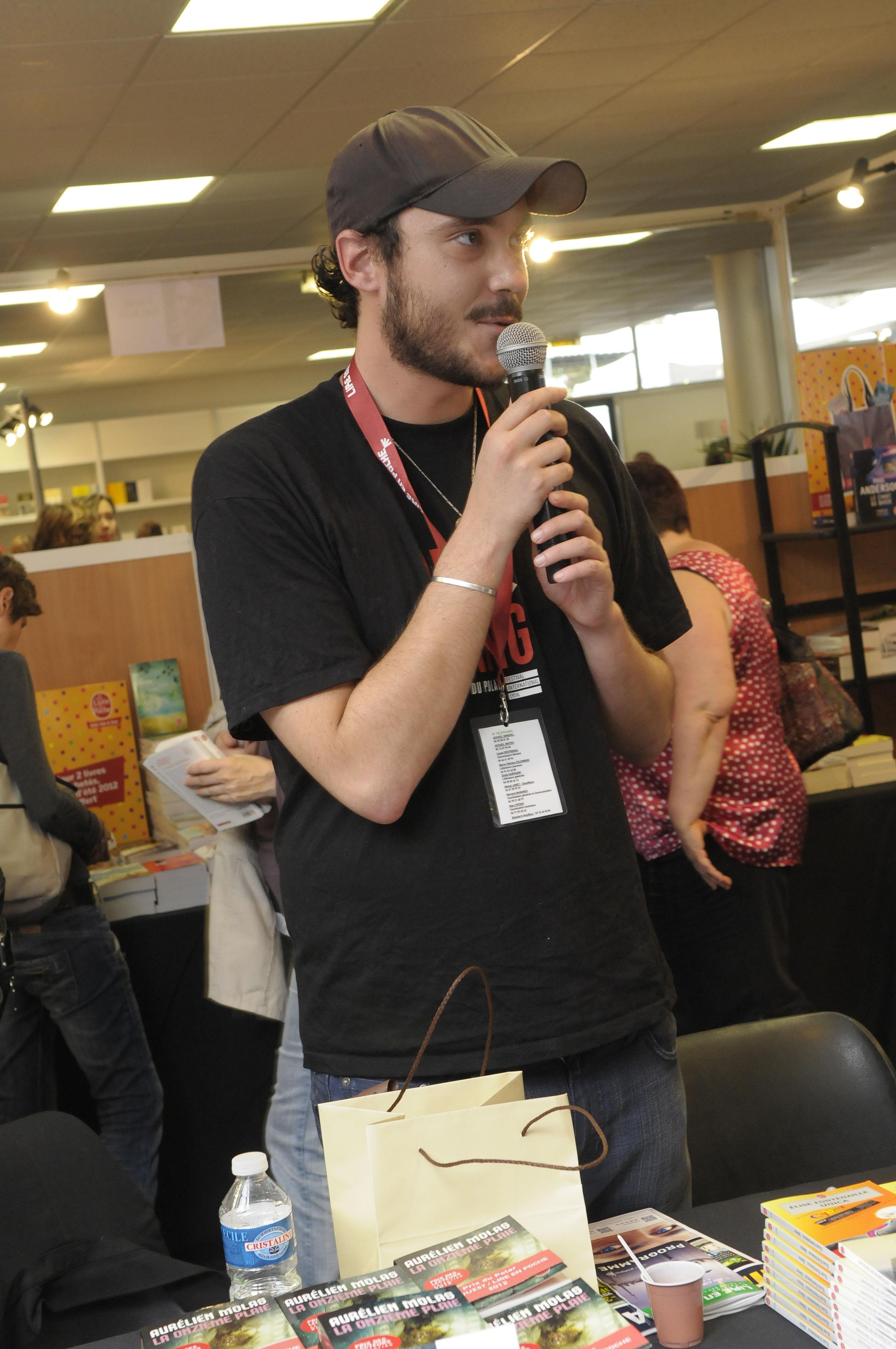 Aurélien Molas recevant le prix du polar 2012 à Gradignan.