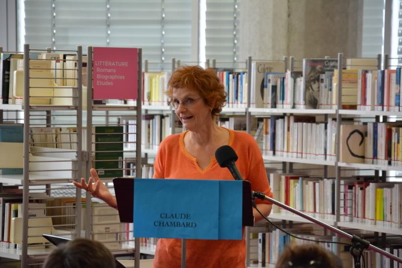 La comédienne Sohpie Robin lisant le texte de Claude Chambard.