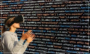 casque de réalité virtuelle, avec du code informatique sur fond noir.